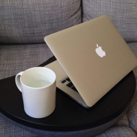 ソファーで快適に読書&パソコンができる便利アイテム!IKEAで買ったPCグッズ『BRÄDA』。